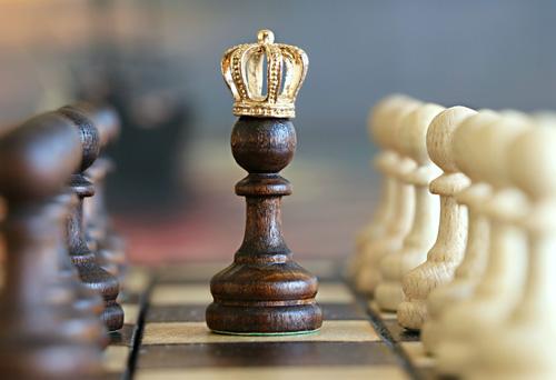 Schachfigur mit Krone symbolisiert den Nutzen von Marketing